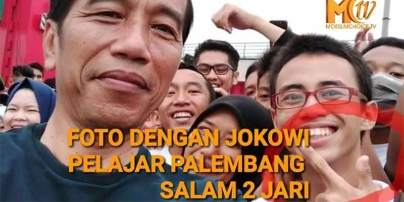 Foto Bareng Jokowi Pelajar Salam 2 Jari